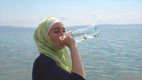 回教在室外的锻炼以后的女孩饮用水 股票录像