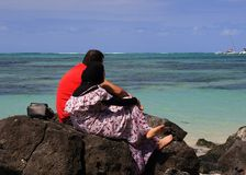 回教夫妇在海滩放松 库存图片
