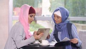 回教女商人在一个业务会议上在咖啡馆 免版税库存图片