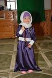 年轻回教女孩在清真寺 免版税库存图片