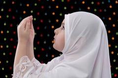 年轻回教女孩祷告 库存照片