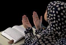 回教女孩祷告 库存照片