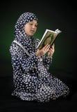 年轻回教女孩读书古兰经 免版税库存图片