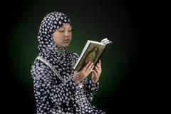 回教女孩读书古兰经 库存图片