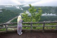 回教妇女享受在Mangunan的凉快的本质的假日 库存照片