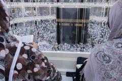 回教妇女在Makkah观看Kaabah,沙特阿拉伯 库存图片