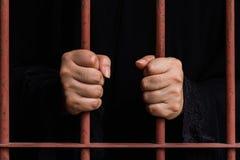 回教妇女手在监狱 免版税库存照片