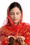 年轻回教妇女用祈祷的手 库存照片