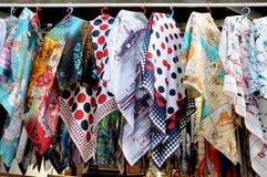 回教妇女的hijab卖主 免版税库存图片