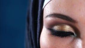 年轻回教妇女的黑褐色眼睛头巾的 影视素材
