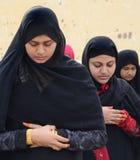 回教妇女祷告 免版税图库摄影
