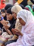 回教妇女祷告 免版税库存照片