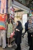 回教妇女站立近的时装模特佩带的夏天礼服,德黑兰, 免版税图库摄影