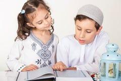 回教孩子在赖买丹月 免版税库存照片