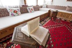 回教家庭内部在波斯尼亚 免版税库存图片