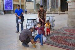 回教家庭在参观清真寺以后更换鞋子,设拉子, 库存照片