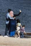 回教家庭采取selfie在海边 免版税库存图片