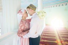回教新娘和新郎在清真寺 新娘仪式花婚礼 免版税库存照片