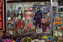 回教旅客和游人的游泳衣在商店窗口里 库存图片