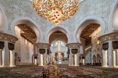 回教族长zayed清真寺祷告大厅访客 库存图片