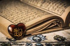 回教标志koran背景的阿拉神 库存图片