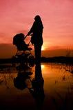 回教母亲和婴孩 免版税库存照片