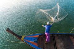 回教渔夫捕鱼网,安达曼海在离海岸的附近, Ranong南泰国 图库摄影