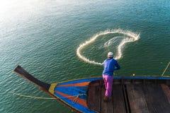 回教渔夫捕鱼网,安达曼海在离海岸的附近, Ranong南泰国 免版税库存图片