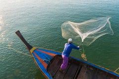 回教渔夫捕鱼网,安达曼海在离海岸的附近, Ranong南泰国 库存图片