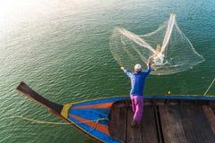 回教渔夫捕鱼网,安达曼海在离海岸的附近, Ranong南泰国 免版税库存照片