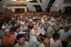 回教的信徒在Vali Recep Yazicioglu清真寺内的 免版税图库摄影
