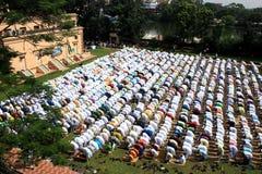 回教祷告 一个小组穆斯林祈祷 库存图片