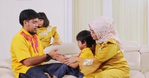 回教获得父母和的孩子在沙发的乐趣 影视素材