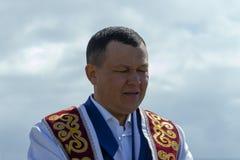 回教衣裳的祈祷毛拉的人,正面图 免版税库存图片