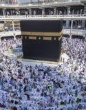 回教香客在Makkah,沙特阿拉伯准备好晚上祷告 库存照片