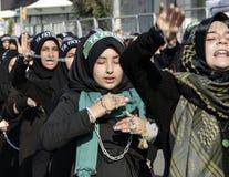 回教什叶派妇女举起他们的被束缚的手 库存图片