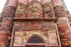 回教Qutub Minar的清真寺和专栏 黑色公用德里印度人模式乘坐三运输tuk都市被转动的黄色 库存照片