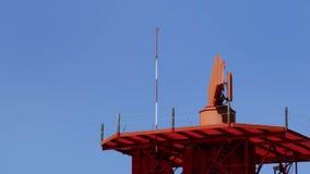 回旋在电信的雷达耸立晴天 影视素材