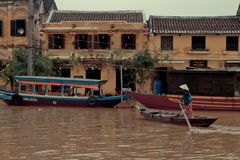回来在家在会安市,越南的妇女。 库存图片