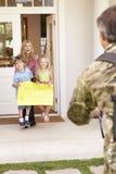 回来的战士在家和招呼由家庭 库存照片