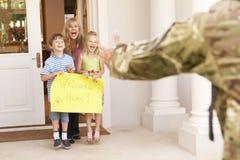 回来的战士在家和招呼由家庭 免版税库存照片