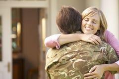 回来的战士在家和招呼由妻子 免版税库存图片