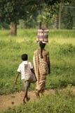 回来从购物的母亲和儿子, Bijapur,印度 免版税库存照片