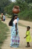 回来从购物的母亲和女儿, Bijapur,印度 库存照片