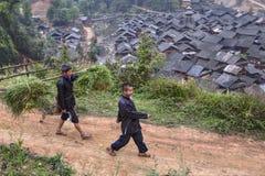 回来从野外工事的两个亚洲人农夫 免版税图库摄影