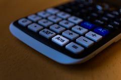回答一个科学计算器的键盘的钥匙 免版税库存照片