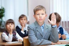 回答问题男小学生 免版税库存图片
