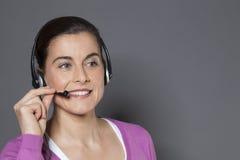 回答年轻电话中心的操作员电话 免版税库存照片