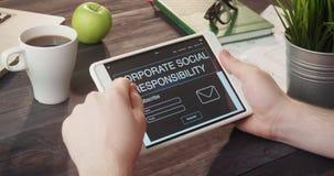 回顾公司的社会责任使用数字式片剂的网页在书桌 股票视频