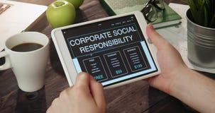 回顾公司的社会责任使用数字式片剂的网页 影视素材